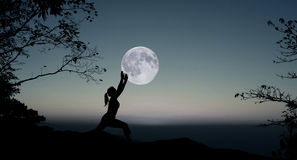 瑜伽在晚上 免版税图库摄影