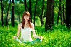 瑜伽在森林里 免版税库存照片