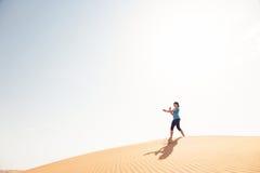 瑜伽在沙漠 库存照片