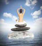 瑜伽在海 库存照片