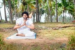 瑜伽在热带印度 免版税库存照片