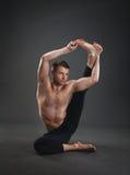 瑜伽大师在演播室 图库摄影