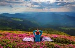 瑜伽女孩坐在凝思的镶边地毯 库存照片