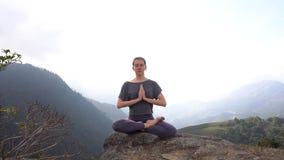 瑜伽妇女在凝思姿势坐山峭壁在Sapa,越南 股票录像