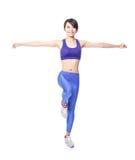 瑜伽妇女常设平衡 免版税图库摄影