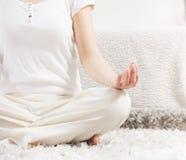 瑜伽妇女思考的松弛健康生活方式 免版税库存照片