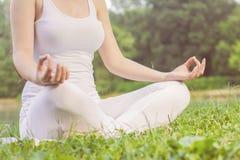 瑜伽妇女思考的松弛健康生活方式 库存照片