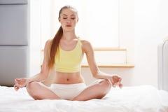 瑜伽妇女 小姐实践的早晨凝思 库存图片