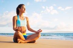 瑜伽妇女 免版税库存图片