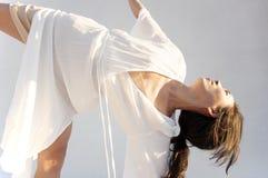 瑜伽姿势凝思的亚裔美国人妇女 免版税库存图片