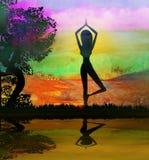 瑜伽姿势的女孩在夏天背景 免版税库存照片