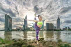 瑜伽姿势的年轻可爱的妇女, 库存照片