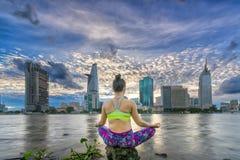 瑜伽姿势的年轻可爱的妇女, 免版税库存图片