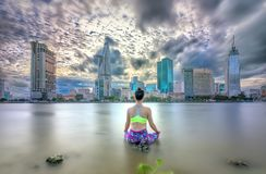 瑜伽姿势的年轻可爱的妇女, 免版税图库摄影