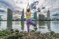 瑜伽姿势的年轻可爱的妇女, 库存图片