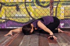 瑜伽姿势的美丽的夫人 图库摄影