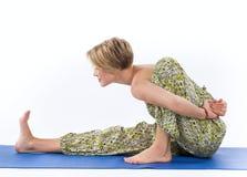 瑜伽姿势的美丽的少妇 免版税库存图片