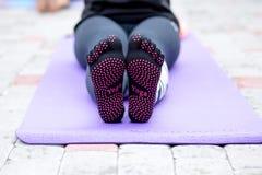 瑜伽姿势细节在早晨公园 免版税库存图片