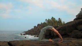瑜伽实习者变动在海慢动作的手位置 股票录像