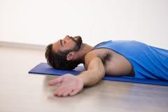 瑜伽尸体姿势的人 免版税图库摄影