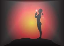 瑜伽山姿势强光背景 免版税图库摄影