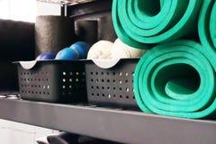 瑜伽席子和棒球 免版税库存照片