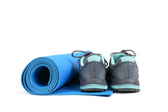 瑜伽席子和鞋子 库存图片