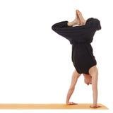 瑜伽教训 做手倒立的辅导员的图象 免版税库存照片
