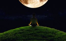瑜伽月出 库存图片