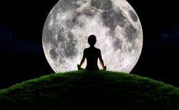 瑜伽月出 库存照片