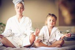 瑜伽有益于每年龄 免版税库存照片