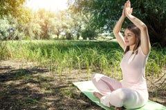 瑜伽本质上-平衡在您的生活 免版税库存照片