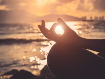 瑜伽概念 剪影妇女手实践的莲花姿势 库存图片