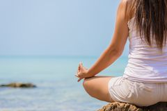 瑜伽概念 在海滩的特写镜头妇女手实践的莲花姿势 库存照片