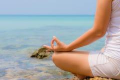 瑜伽概念 妇女手实践的莲花姿势 免版税图库摄影