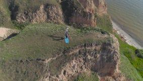 瑜伽生活方式,运动员做灵活性在倾斜的信奉瑜伽者夫妇acroyoga锻炼本质上在河附近 影视素材
