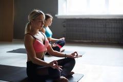 瑜伽的少妇把,放松凝思姿势分类 免版税库存图片