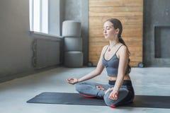 瑜伽类的少妇,放松凝思姿势 免版税图库摄影