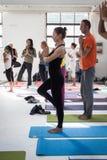 瑜伽节日的人们在米兰,意大利 图库摄影