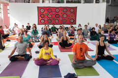 瑜伽节日的人们在米兰,意大利 免版税图库摄影