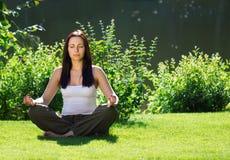 瑜伽 15个妇女年轻人 免版税库存照片