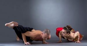 瑜伽 做困难的asana的美好的夫妇 免版税图库摄影