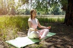 瑜伽-妇女放松本质上 库存照片