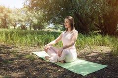 瑜伽-对平衡的凝思为您的生活 免版税库存图片