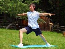 瑜伽-战士位置 免版税库存照片