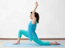 瑜伽 战士姿势的年轻深色的妇女 免版税图库摄影