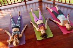 瑜伽类放松在尸体姿势的, savasana 免版税库存图片