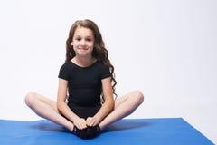 瑜伽 放松 平衡 莲花坐 卷曲女孩 浅黑肤色的男人 库存图片