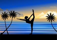 女子实践的瑜伽剪影在海滩的 库存照片 & 图像图片