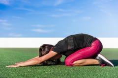 瑜伽childs姿势strech健身妇女舒展 免版税图库摄影